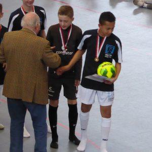 Uwe Seeler verleiht die Medaillen für die Sieger.